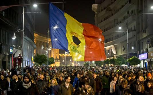 Le 3 novembre 2015, dans la principale artère de Bucarest, certains manifestants portaient le drapeau roumain troué, symbole de la révolution populaire contre le régime du dictateur Nicolae Ceausescu en 1989.