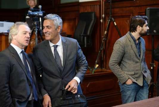 Les journalistes Hervé Gattegno (à gauche) et Fabrice Arfi (à droite) et  l'ex-majordome Pascal Bonnefoy (au centre), le 3 novembre au tribunal de Bordeaux.