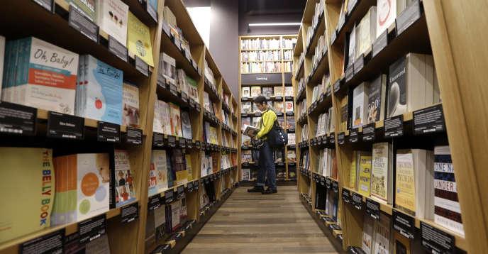 « Les commerçants en ligne commencent à voir l'intérêt des points de vente en dur. Une star du e-commerce comme Amazon a ouvert en novembre2015 sa première librairie physique à Seattle» (Photo: librairie Amazon, à Seattle, en novembre 2015).