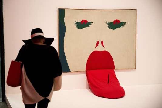 Un visiteur devant une oeuvre de l'artiste polonais Jerzy Ryszard«Jurry» Zielinski intitulé «Bez Buntu» (Sans Rébellion) à la Tate Modern à Londres(AP Photo/Matt Dunham)