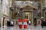 12 mars 2013. Des cardinaux entrent en conclave dans la chapelle Sixtine, au Vatican,  pour le premier tour de scrutin de l'élection du pape.