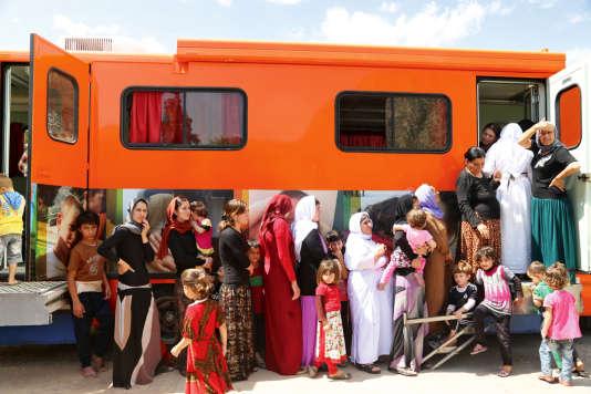L'un des dispensaires mobiles de l'association Shennong & Avicenne reçoit et soigne femmes et enfants yézidis.