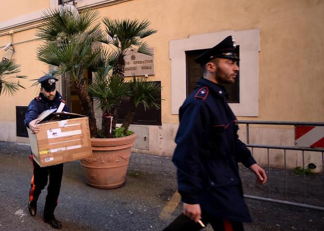Lors d'une perquisition dans le cadre d'une opération antimafia, en février à Rome.
