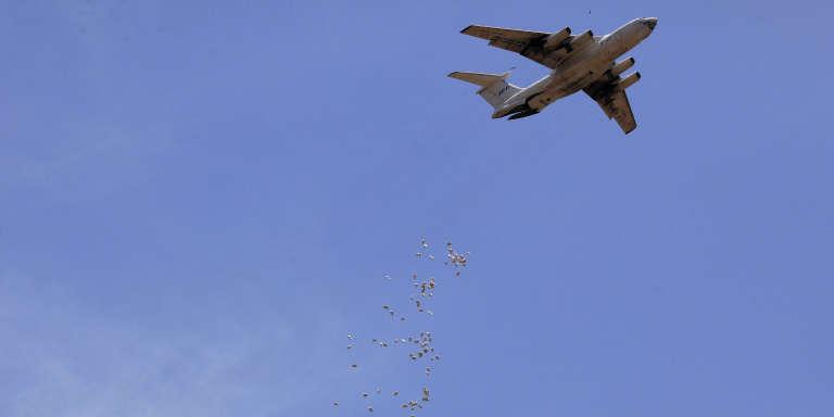 Un Antonov du Programme alimentaire mondial larguant de la nourriture au-dessus de l'Etat d'Unité, au Soudan du Sud, enavril2014.