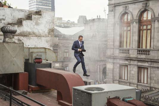 """James Bond (Daniel Craig) à la poursuite de Sciarra à Mexico dans """"Spectre""""."""