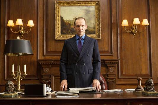 """Ralph Fiennes incarne le nouveau M dans """"Spectre""""."""