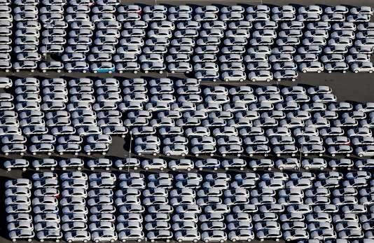 Des Porsche Cayenne sur le parking de l'usine Porsche de Leipzig en Allemagne, le3novembre2015.