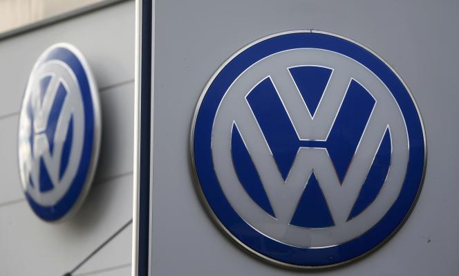 Le logo Volkswagen dans une concession automobile allemande.