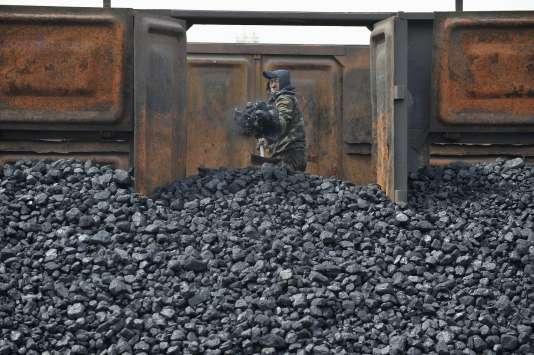 Un ouvrier décharge un wagon de charbon à Shenyang en avril 2010.