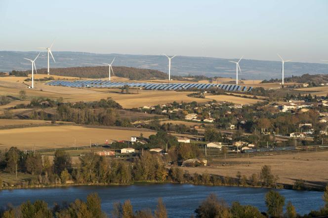 Un parc éolien et un parc de panneaux solaires à Avignonet-Lauragais (Haute-Garonne), en 2015.