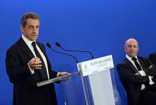 """Nicolas Sarkozy et Eric Ciotti  secrétaire général adjoint aux fédérations du parti """"Les républicains"""", lors d'une journée de travail sur la sécurité le 3 novembre 2015 à Paris."""