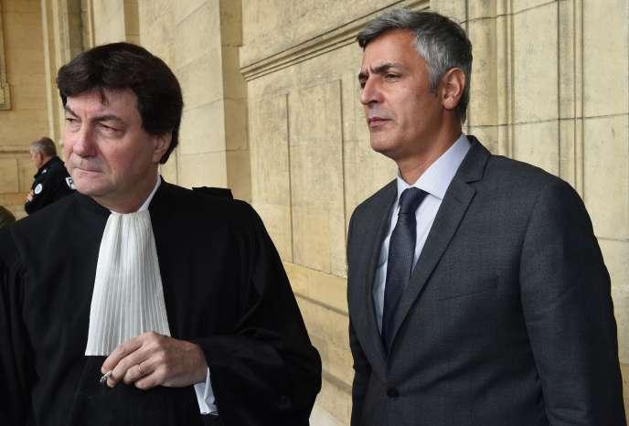 Pascal Bonnefoy, ex-majordomme de Liliane Bettencourt, et son avocat, Antoine Guillot, au tribunal de Bordeaux, le 4 novembre.