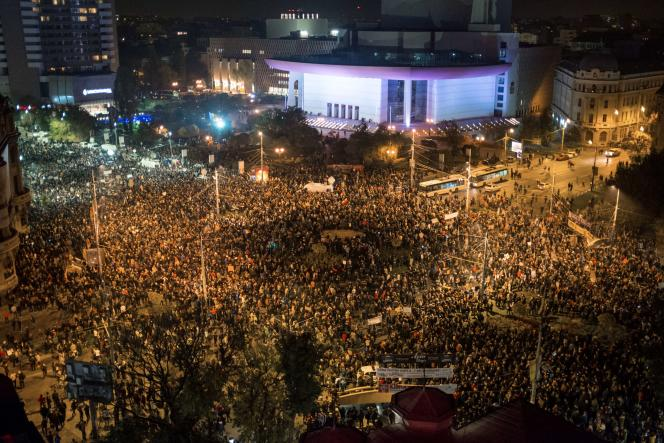 Dans la capitale, plus de 20 000 personnes, selon les gendarmes, se sont rassemblées place de l'Université, haut lieu du soulèvement de décembre 1989.