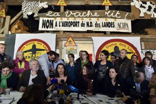 Les ténors d'EELV s'expriment devant les opposants à l'aéroport de Notre-Dame-des-Landes (Loire-Atlantique), le 4 novembre 2015.