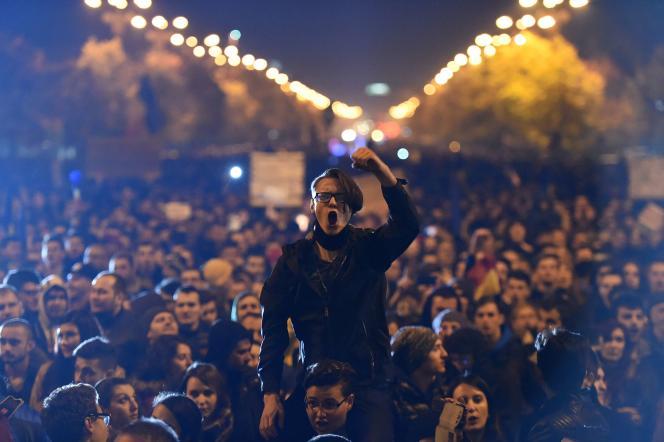 Les manifestants, dont certains brandissaient le drapeau tricolore roumain à Bucarest, scandaient « A bas le système mafieux » ou encore « Roumanie, réveille-toi ».