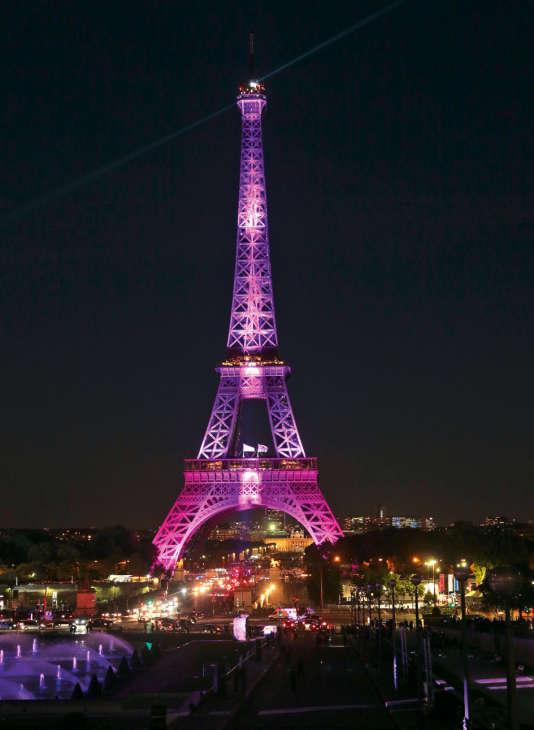 """Le 28 septembre 2015 à 20h20, la tour Eiffel Tower s'est illuminée en rose, en soutien à la campagne de dépistage du cancer du sein """"Octobre rose"""". Une """"illumination organisée  par Estée Lauder Companies""""."""