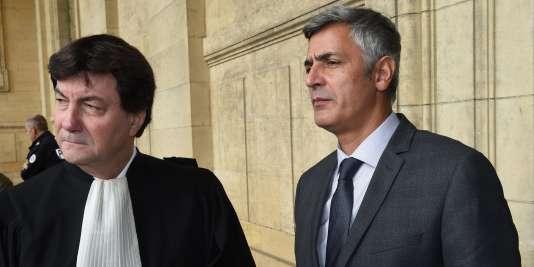 L'ex-majordome de Liliane Bettencourt, Pascal Bonnefoy (à droite), avec son avocat lors de son procès, en novembre 2015.