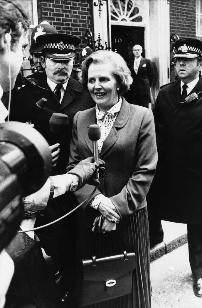 Margaret Thatcher, devant le 10 Downing Street à Londres, le 4 mai 1979, peu après son élection au poste de premier ministre.