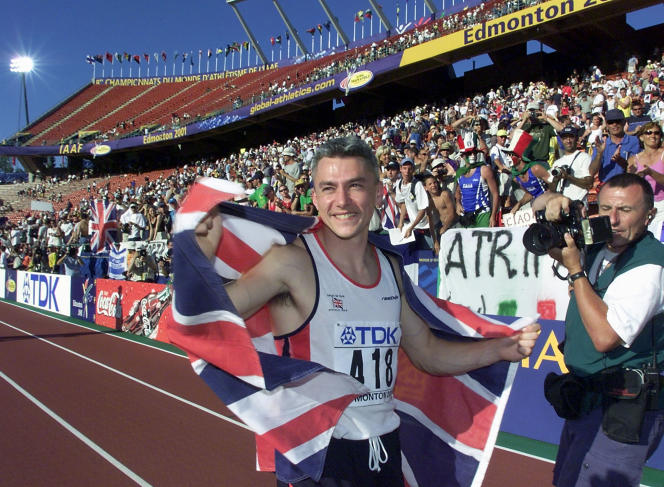 Jonathan Edwards célèbre son titre de champion du monde à Edmonton au Canada en août 2001.