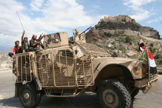 Des soldats yéménites loyalistes après la réception de blindés envoyés par les Emirats arabes unis, à Taïz, dans le sud-ouest du pays, le 5 novembre 2015.