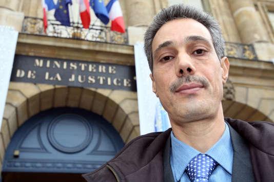 Omar Raddad devant le ministère de la justice en décembre 2008 à Paris.