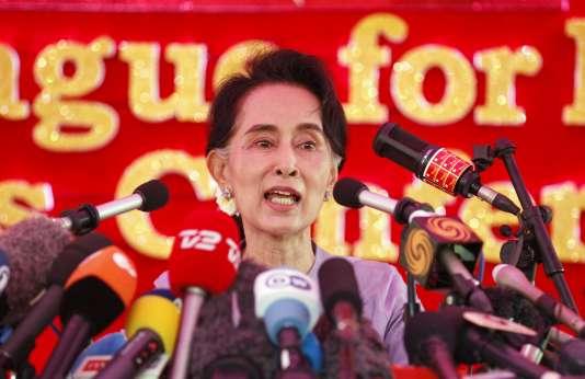L'opposante Aung San Suu Kyi lors d'une dernière grande conférence de presse jeudi 5 novembre, avant le scrutin de dimanche. « Je dirigerai le gouvernement. Et nous aurons un président qui travaillera en accord avec la politique de la LND », a déclaré la présidente de la Ligue nationale de la démocratie.