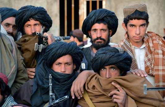 Des talibans écoutent le mollah Rassoul, le 3 novembre 2015, à Bakwah.