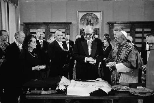 Yvonne et Charles de Gaulle reçus le 31 mai 1967 par Paul VI, à Rome.