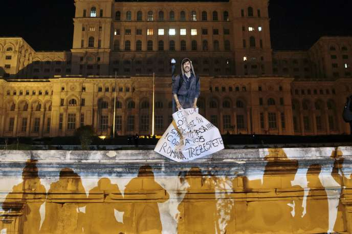 Un manifestant devant le Parlement roumain, mercredi 4 novembre, à Bucarest.