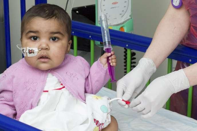 La première patiente soignée est une petite fille britannique de 11 mois atteinte d'un cancer du sang (leucémie) ayant résisté à tous les autres traitements. Elle a été guérie après deux mois de traitement.