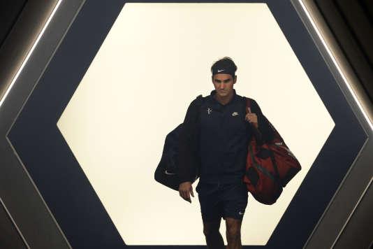 Le Suisse Roger Federer entre de l'arène de Bercy pour affronter l'Italien Andreas Seppi le 4 novembre à Bercy.