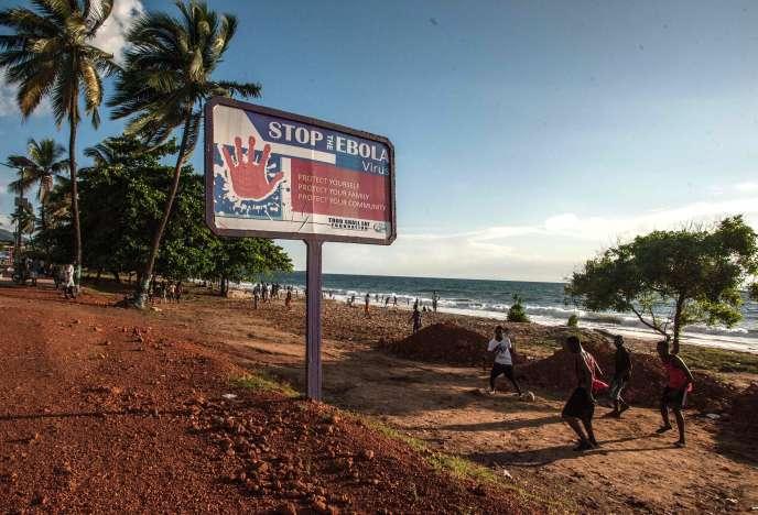 Sur la plage de Lumbey, à Freetown, le 25 octobre.