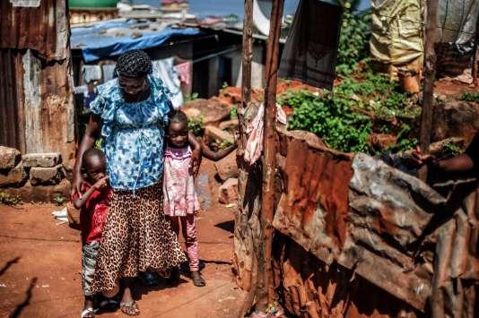 Yabon Koroma, une survivante du virus d'Ebola, avec ses enfants, à Freetown.