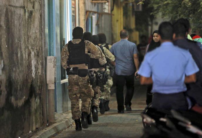 Les forces antiterroristes lors d'une opération de fouille, le 5 novembre à Male.