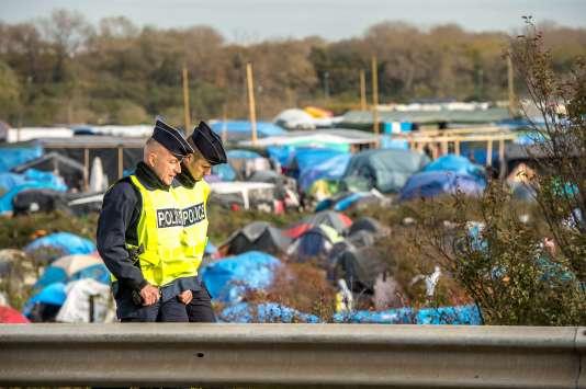 """Une patrouille de police dans la """"jungle"""" de Calais, le 2 novembre."""