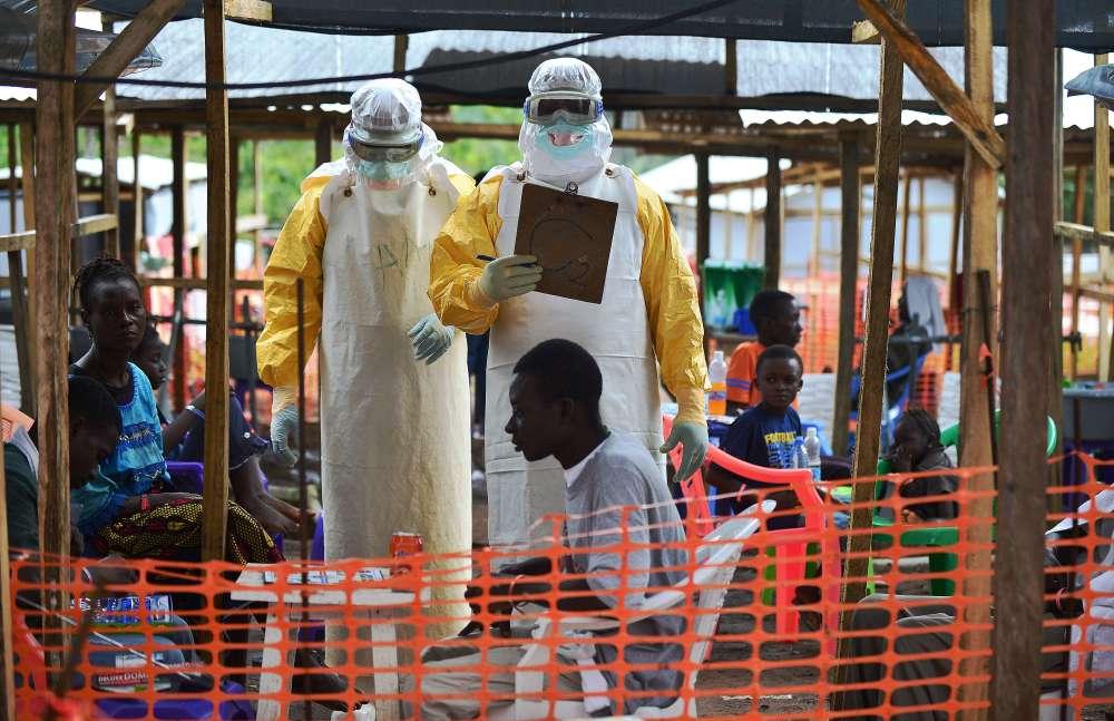 Le 14 janvier, quarante-deux jours après que le dernier patient atteint d'Ebola au Liberia a été testé négatif, l'Organisation mondiale de la santé déclare la fin de l'épidémie la plus meurtrière depuis l'identification du virus en Afrique centrale en 1976. L'épidémie a fait officiellement 11 315 morts pour 28 637 cas recensés à travers dix pays, dont l'Espagne et les Etats-Unis.
