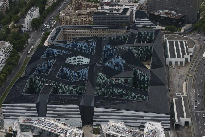 L'Hexagone Balard, qui abrite le ministère de la défense, a été construit sous contrat PPP et est géré par un consortium d'entreprises.