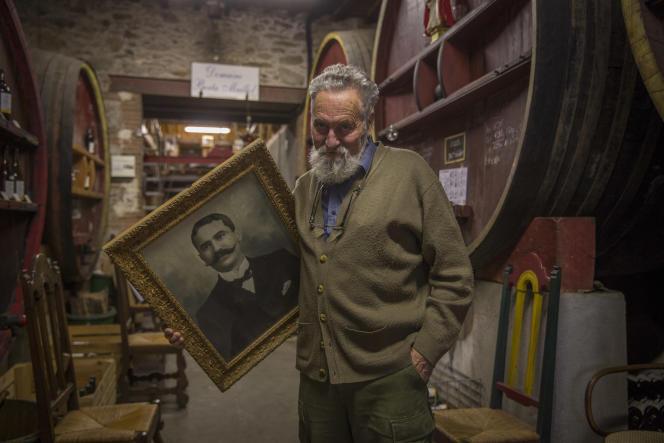 Banuyls, octobre 2015. Le Domaine Berta Maillol est exploité par des générations  de la famille Berta, dont fait partie le sculpteur Aristide Maillol, depuis le quinzième siècle. Yvon Berta  avec le portrait de son grand-père Raymond.