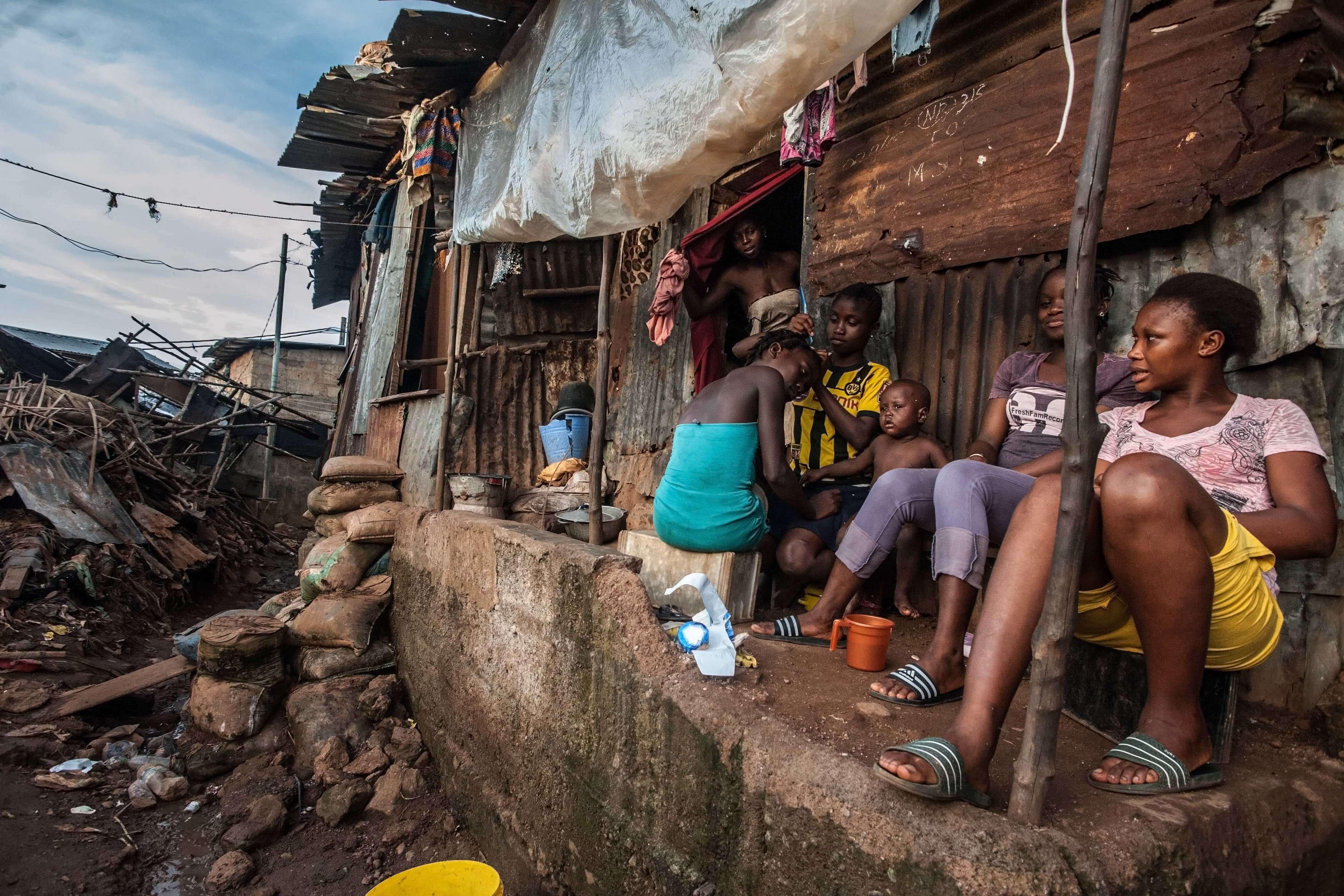 Des jeunes filles tressent leur chevelure avant de partir à l'école. « Il peut y avoir des foyers que l'on ne connaît pas et il faut donc rester vigilant, explique Jacob Maikere, chef de mission à Médecins sans frontières (MSF) en Sierra Leone.