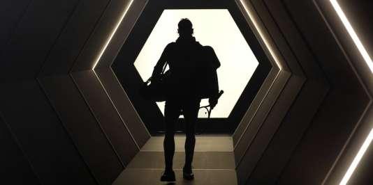Rafael Nadal, dans le tunnel hexagonal du futur qui mène au court central de Bercy.