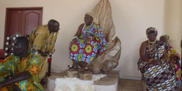 Amon Tanoé, roi des N'zima (au centre) échange avec Belin N'danoulé, chargé de la tradition à l'association Abissa.