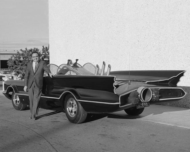 George Barris et sa Batmobile, en 1966 à Los Angeles.