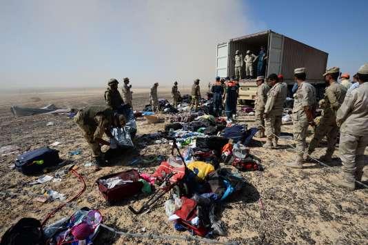 Des soldats égyptiens collectent lundi 2 novembre les restes de l'avion qui s'est crashé dans le Sinaï le samedi précédent, faisant 224 morts.