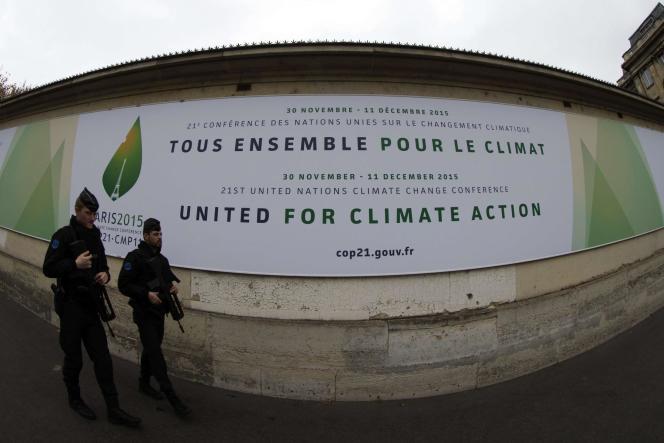Le ministre de l'intérieur a annoncé cette mesure exceptionnelle et temporaire, pour un mois, à l'occasion de la COP21. Un cas de figure prévu par les accords signés en 1985.