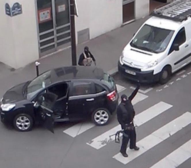 Les frères Kouachi après l'attentat à Charlie Hebdo, à Paris, le 7 janvier 2015.
