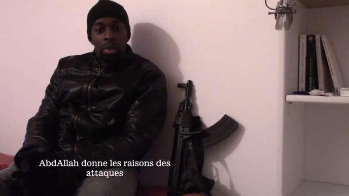 Amedy Coulibaly dans une vidéo de revendication des attentats de janvier 2015 à Paris. .