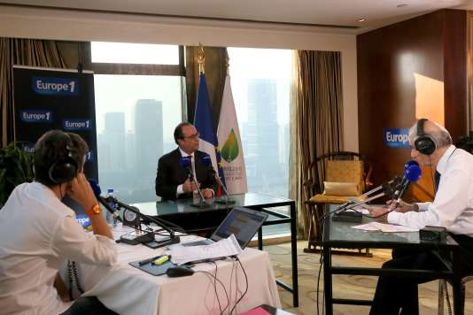 Le président François Hollande est interviewé par Jean-Pierre Elkabach et Thomas Sotto dans le studio aménagé lors de la délocalisation de la matinale d'Europe 1 à Pékin, le 3 novembre.