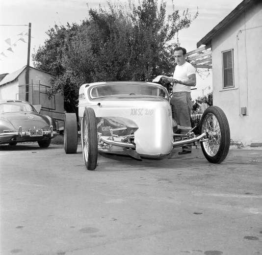 George Barris en 1961, devant un hot rod fait à partir d'une Ford Model A de 1931.
