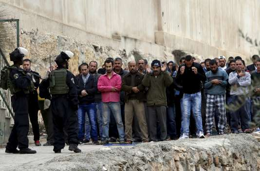 Des soldats israéliens devant une mosquée lors de la prière du vendredi à Hébron en Cisjordanie, le 6 novembre.