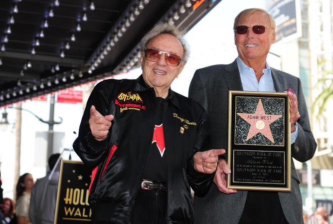 George Barris et l'acteur Adam West, qui jouait le rôle de Batman dans la série télévisée des années 1960, sur le Holywood Boulevard à Los Angeles en 2012.